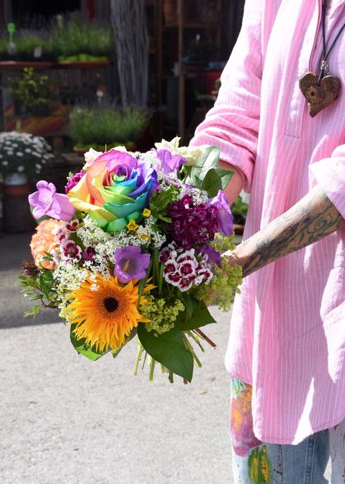 Blumenstrauß mit Regenbogenrose